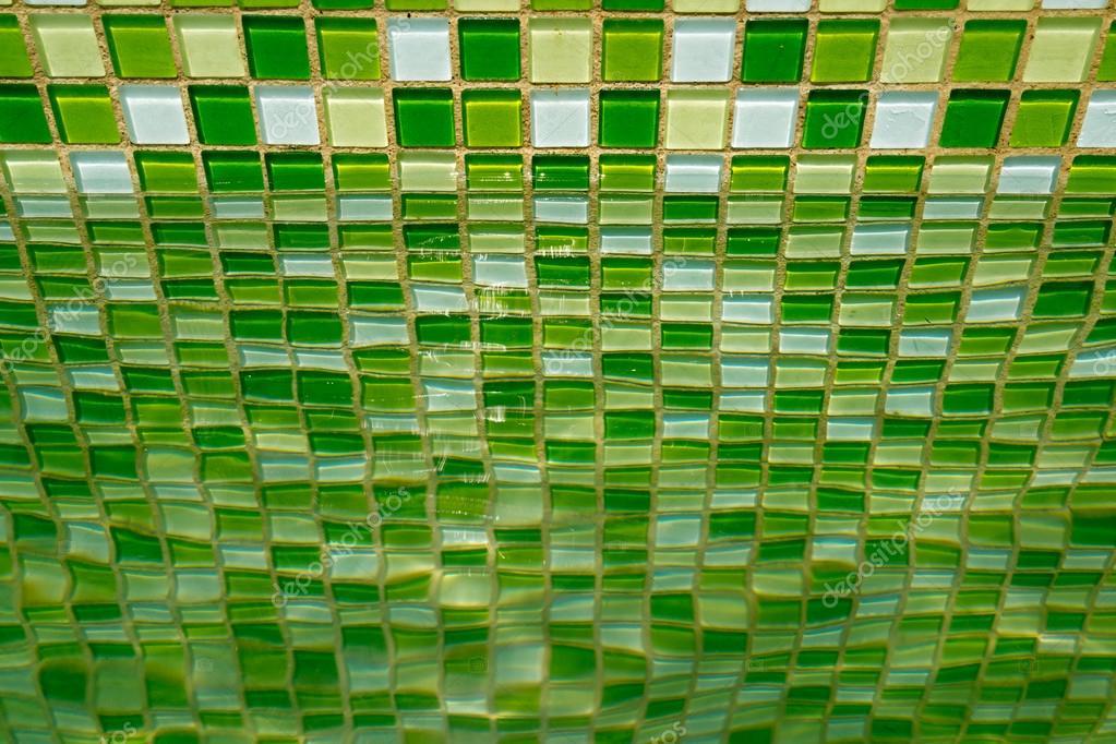 Groene mozaïek tegel op de muur van een zwembad u stockfoto