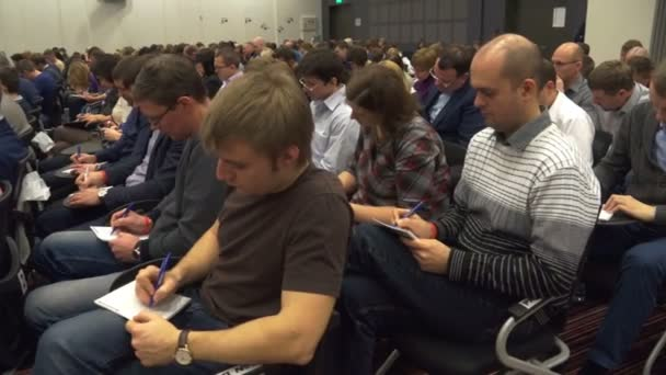 Rusko, Novosibirsk - 15. prosince: společnost lidí v kongresovém sále