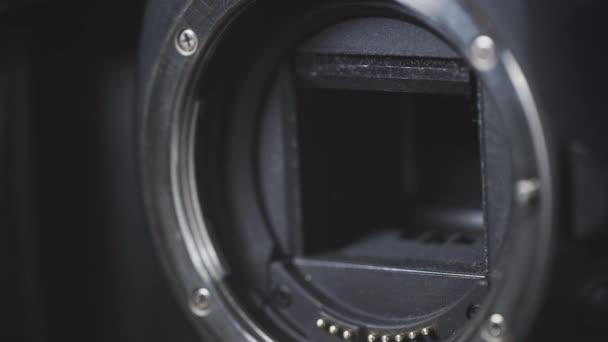 Zavřít pracovní okenice fotoaparátu. Čepele fotoaparátu se otvírají a zavírají ve zpomaleném pohybu.