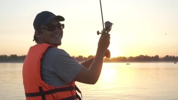 férfi horgász a hajón