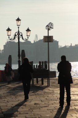 Venezia. Persone in controluce sulla laguna