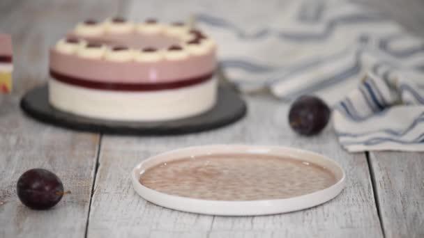 Stück köstlicher Moussekuchen mit Schlagsahne und Zwetschgengelee.