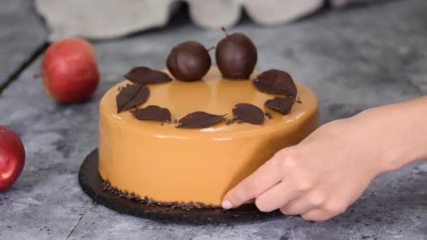 Pekařský kuchař zdobí pěnový dort malými kousky čokolády. Pekařský šéfkuchař zdobený Moderní evropský dort.