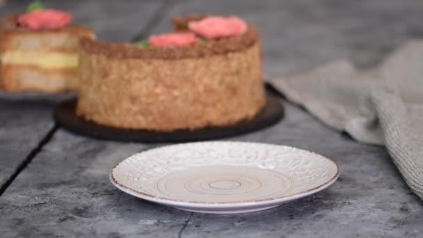 Házi készítésű kiev torta, dacquoise torta vajkrémmel és mogyoróval.