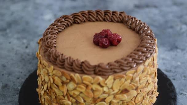 Zdobení čokoládový dort s třešněmi. Pekař pečivo vaří domácí dort.
