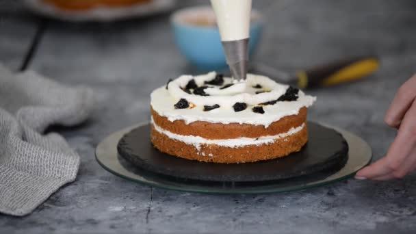 Sütőipari szakács, hogy egy réteges torta szilva és tejszínhab.