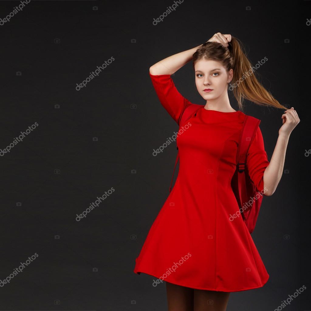441fba075ce820 Portret van een meisje met lange haren in een rode jurk — Stockfoto ...