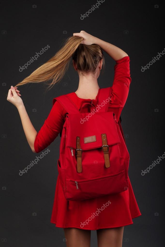 Девушка в красном платье портрет