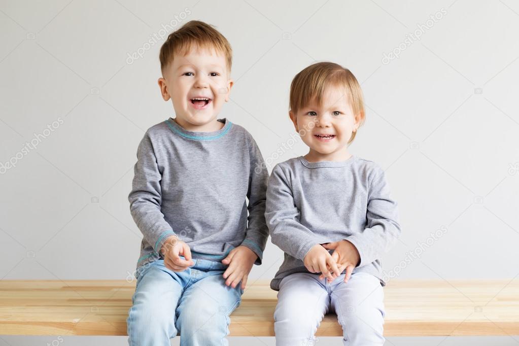 Bellissimi Bambini Contro Una Priorità Bassa Bianca Foto Stock