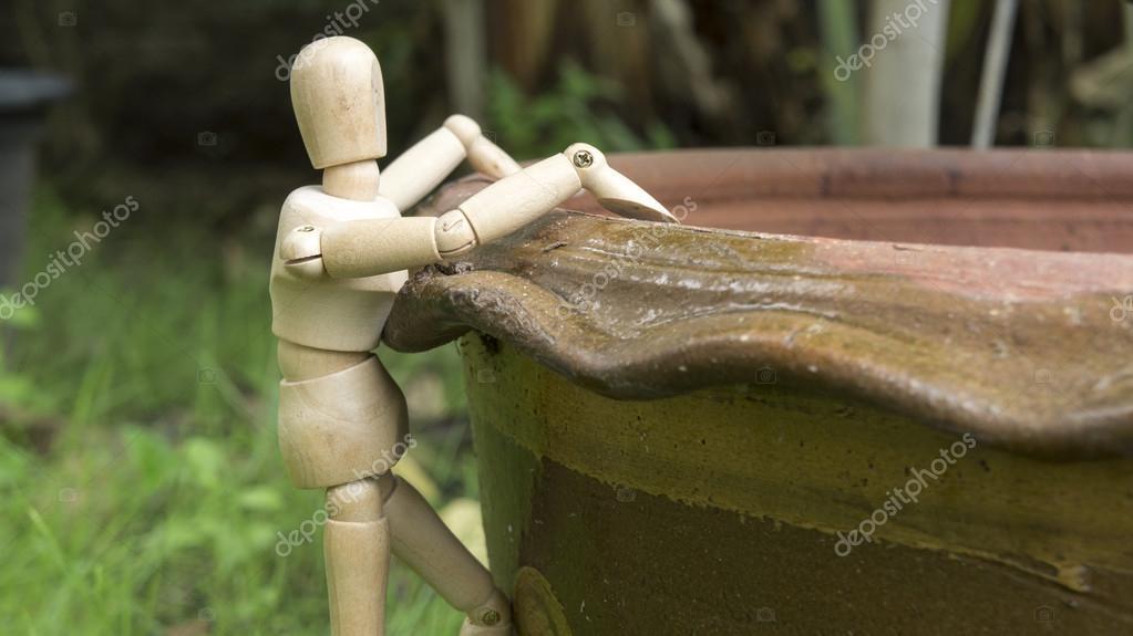 Boom In Pot Tuin.Houten Mensbeeld Klim Boom Pot Tuin Stockfoto C Bonmoovo 124719842