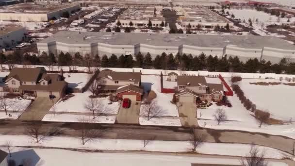 Antenna, a lakások a hó borított külvárosi környéken
