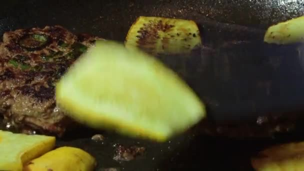 cucinare hamburger di carne macinato di manzo in padella calda su piano cottura video stock