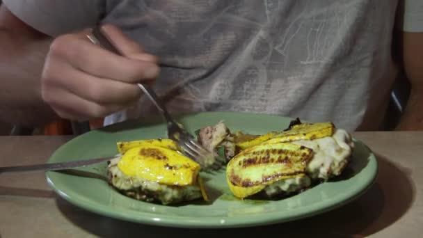 hamburger di carne cottura in padella con zucca gialla per cena filmati stock