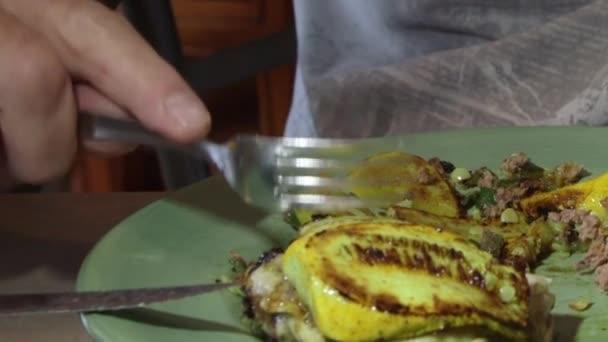 cucinare hamburger di carne macinato di manzo in padella calda su piano cottura filmati stock