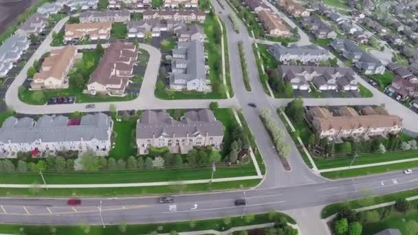Repül át a lakóépületek és méterre elővárosi utcán - utazási és szabadidős koncepció