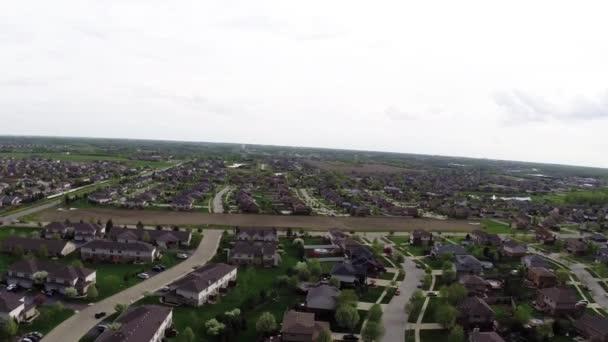 4k repül át a lakóépületek és méterre elővárosi utcán - utazás és szabadidő koncepció