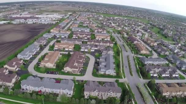 Létání nad obytné domy a dvory předměstské ulici - cestování a volný čas