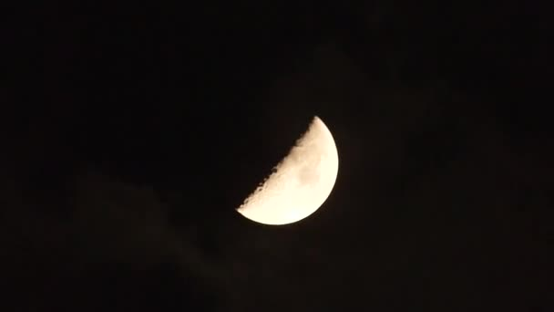 Temné večerní obloze mraky pohybující se kolem half moon