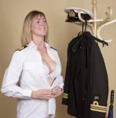Ženské námořní důstojník se oblékám do své uniformy