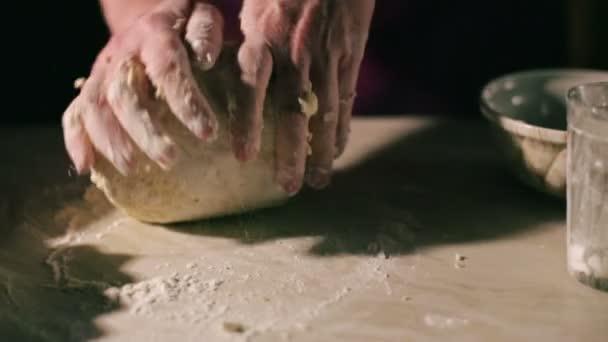 ruce hnětení těsta