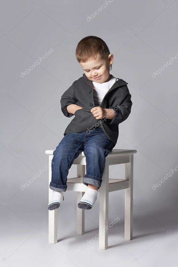 81c506eebc209c Grappige kind zit oh de kruk. stijlvolle weinig boy.2 jaar oud — Foto van  photoagents