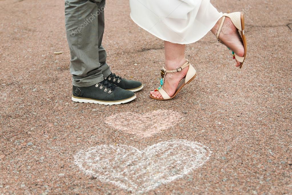 Boya Kalemi Yere Ve Iki Aşık şeklinde Kalp Sembolleri Stok Foto