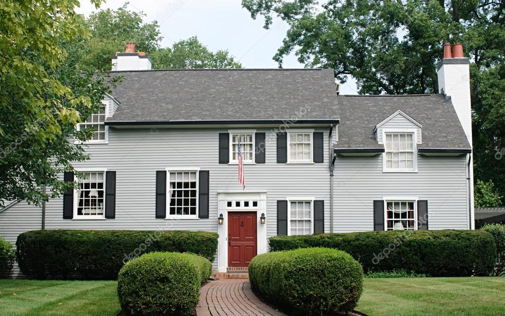 Maison moderne avec porte rouge — Photo éditoriale ...