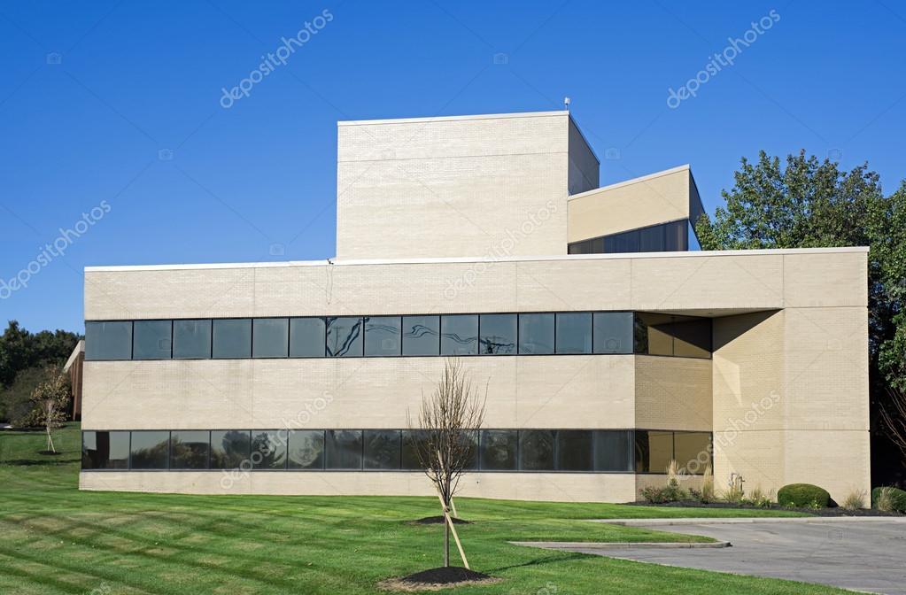 Petit immeuble de bureaux moderne avec toit plat u2014 photographie