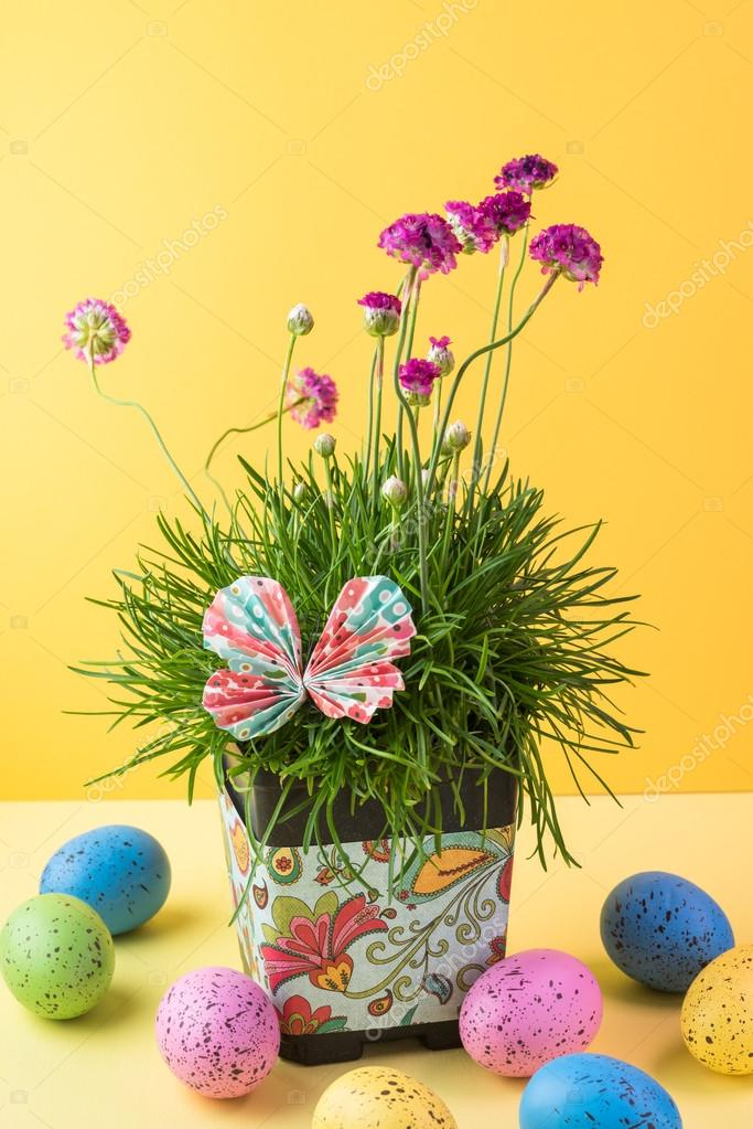 Easter Table Decoration With Flower Pot And Eggs Stockfoto