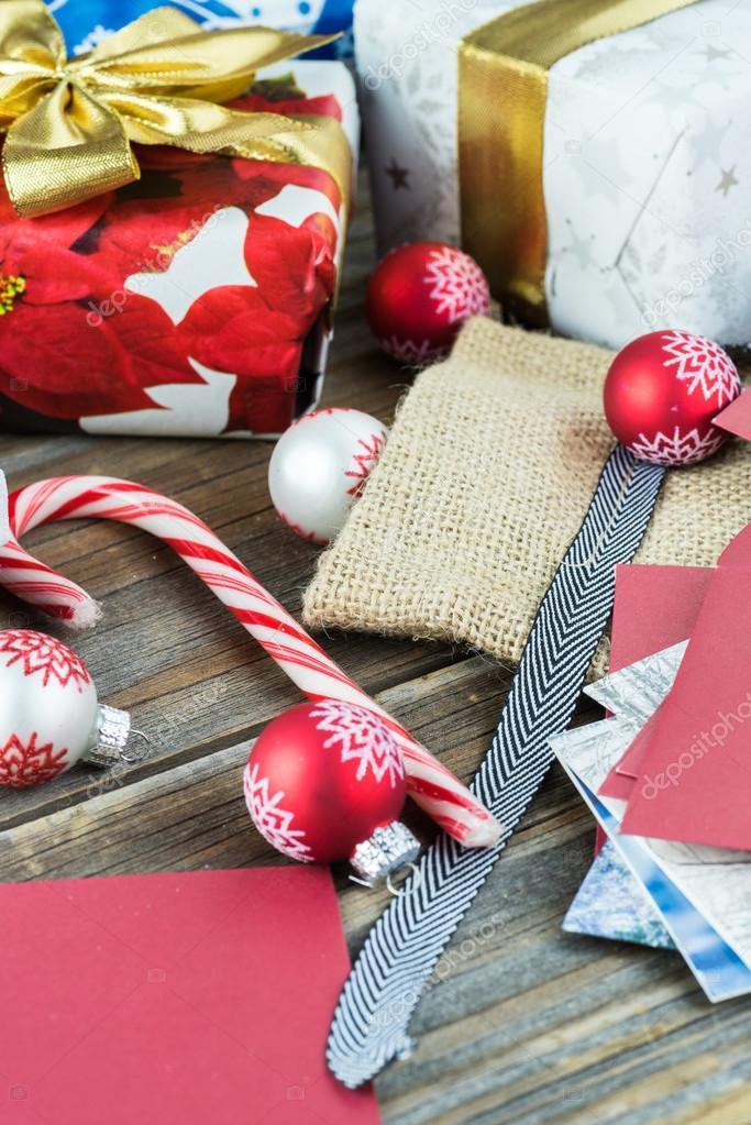 Boxen mit Süßigkeiten für Weihnachtsgeschenke einwickeln — Stockfoto ...