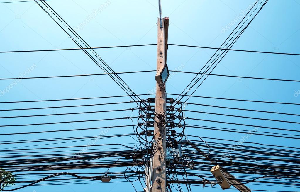 Poste de la electricidad con cables el ctricos sucios y - Cables de electricidad ...