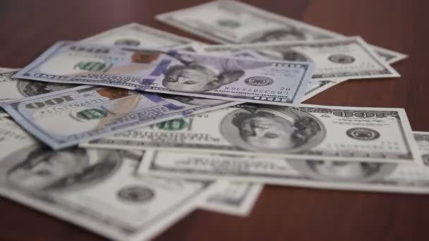 Geld fällt auf den Tisch