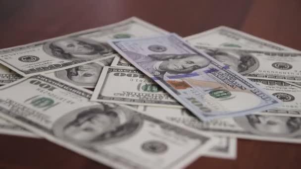 Pénz hullik az asztalra
