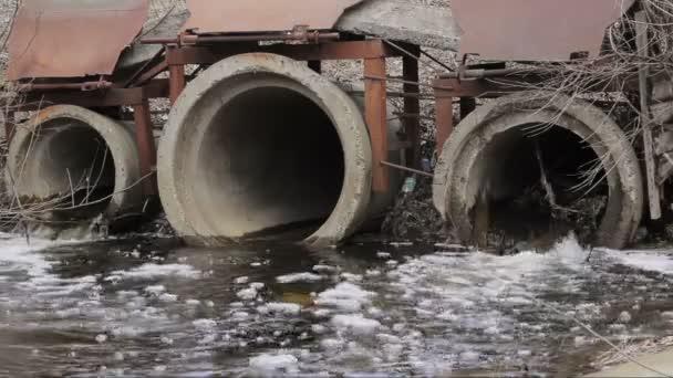špinavá voda teče z potrubí