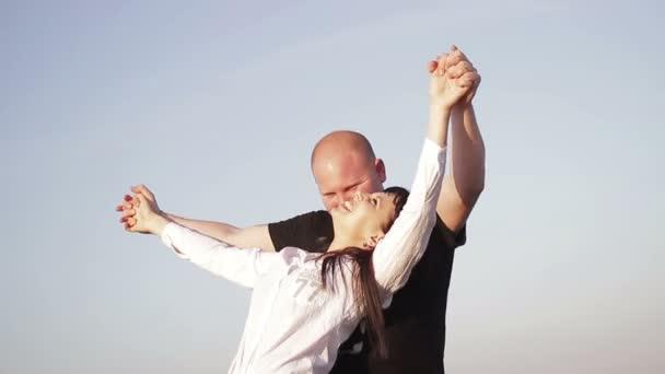 milující pár při západu slunce