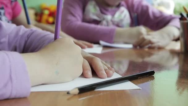 děti kreslit ve školce na papíře