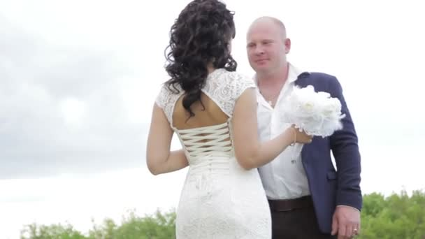 Hochzeit des Brautpaares im Park