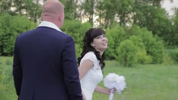 Nevěsta a ženich svatba v parku