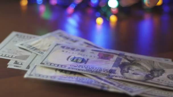 berechnet die Geldeinkünfte neu. Nahaufnahme einer Frauenhand
