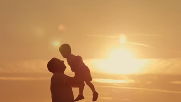Apa és fia sziluettek Játssz sunset beach