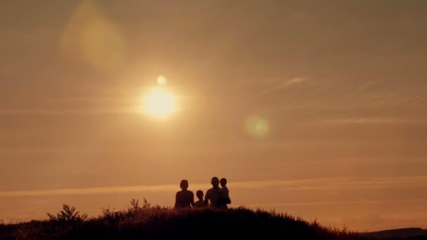 glückliche Familie auf Sonnenuntergang Silhouette