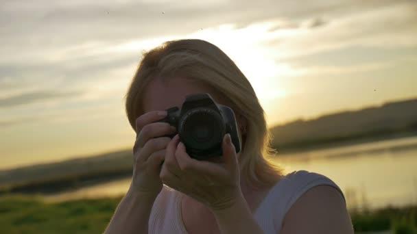 Se smíchem portrét módní a stylové ženy obrázek a podívat se na kameru, letní živý portrét přírodní krásy