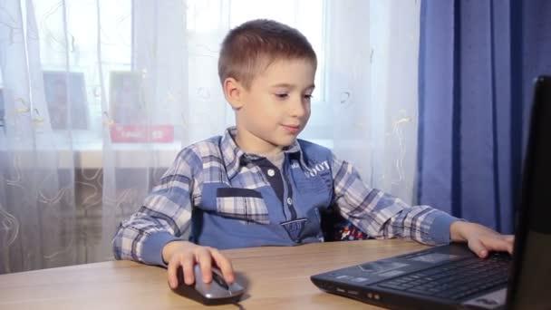 dítě hrající na počítačovou hru, malého chlapce v počítači