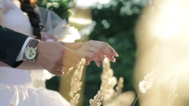 Snubní prsteny nevěsta a ženich ruce close-up romantiku přírody svatební video