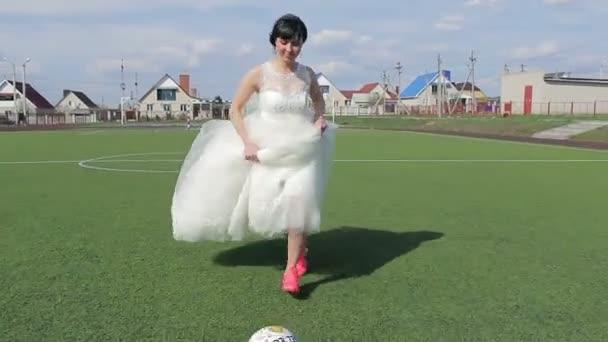Nevěsta hry fotbalu při vlastní svatbě, Hd video 1080p