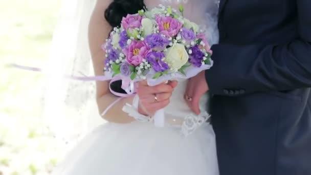 elegantní nevěsta a ženich pózuje spolu venku na svatební den