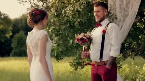 svatba, nevěsta a ženich v parku video Hd