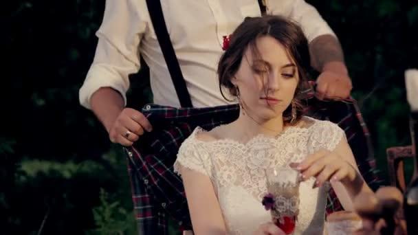 Pacchetto del fidanzato di 3 fotogrammi per una cena romantica riscalda la sposa fredda che tiene le mani e tselut
