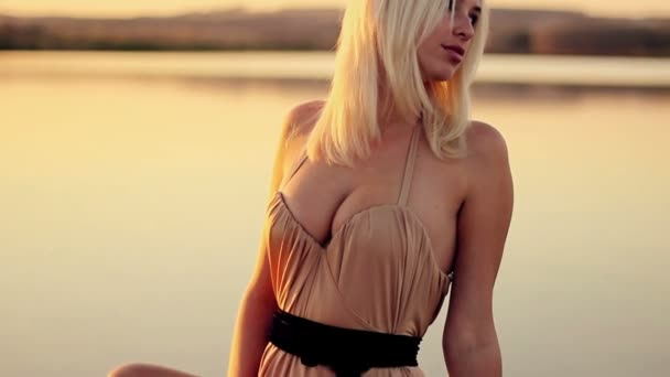 Девушка поет на пляже клип