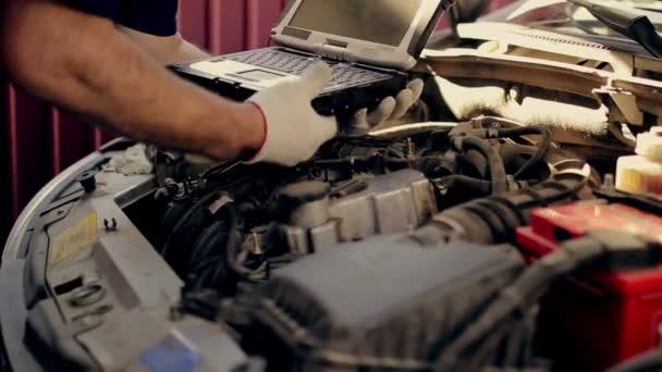 Servis a opravy, diagnostika počítače: mechanik zkontrolovat auto pro chyby a chyby